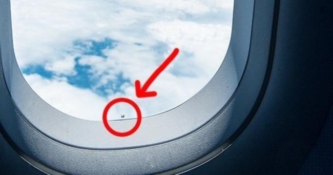 Mалатa дупка во авионските прозорци може да ви го спаси животот