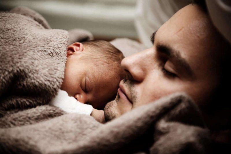 Бебињата го сакаат гласот на мама, но зборовите ги учат од тато