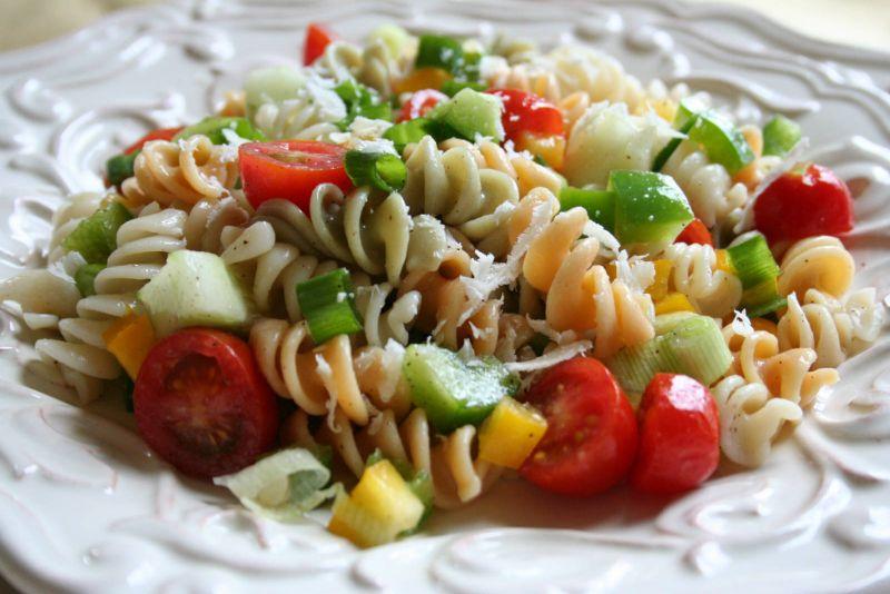 Здрава салата од макарони, туна и пченка