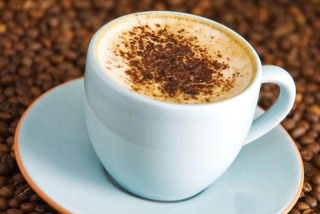 Кафе со чоколадо и слатка павлака
