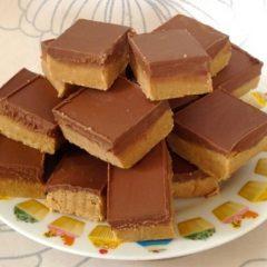 Брзо непечено колаче со путер од кикирики и чоколадо