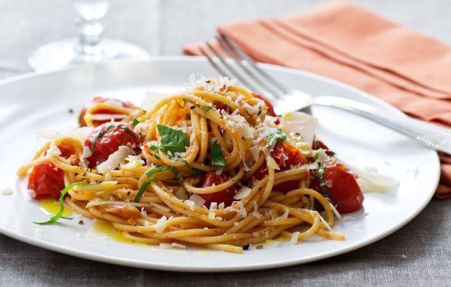 Шпагети со петминутен сос од домати
