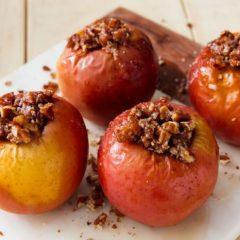 Печени јаболка со цимет и ореви