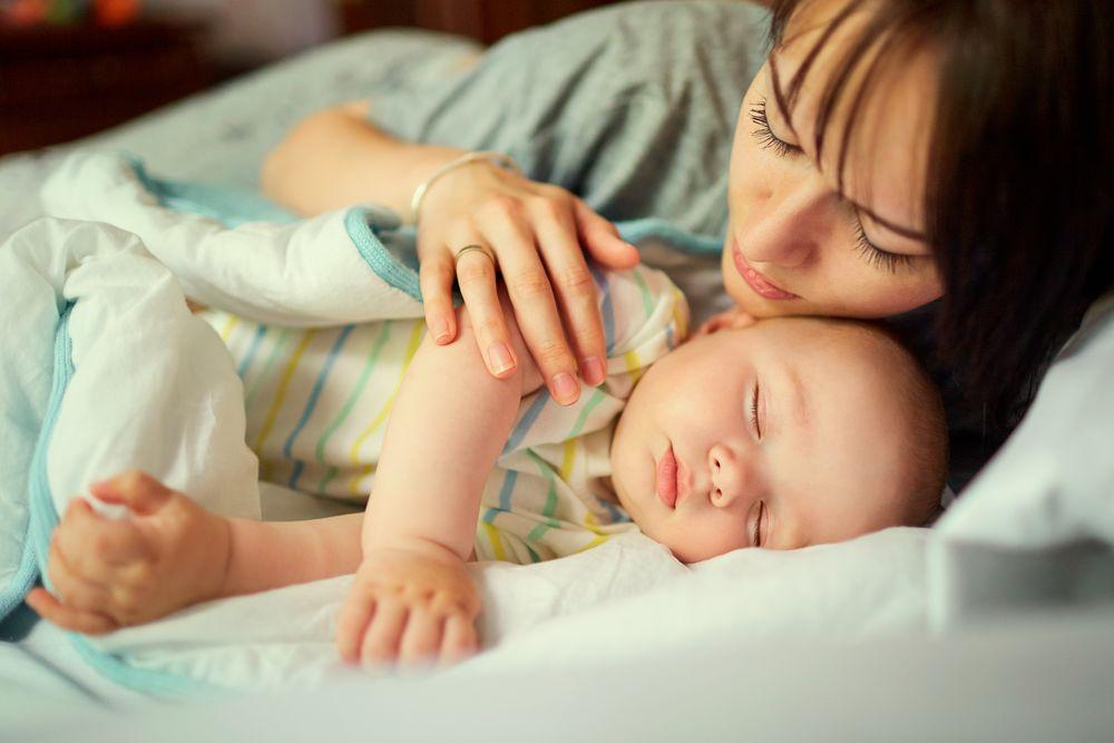 Спиењето на мајката со бебето позитивно влијае на неговото здравје