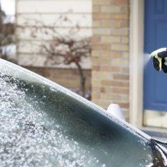 Дома направете спреј за брзо одмрзнување на автомобилските стакла