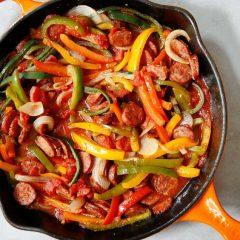 Колбаси, пиперки и кромид во две варијанти
