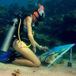 Руска инструкторка по нуркање изработува уметнички слики под вода