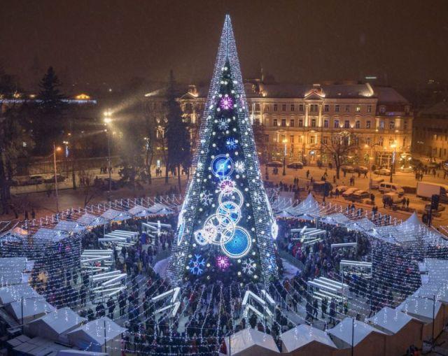 Спектакуларна божиќна елка осветлена со петкилометарско осветлување во Вилнус, Литванија