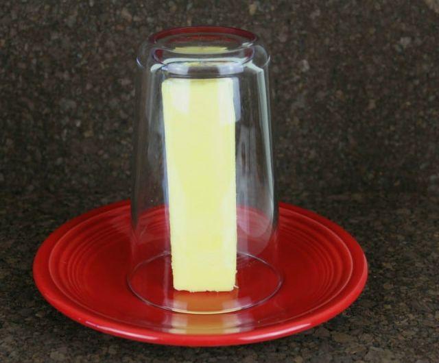 Едноставен трик како да омекнете путер без да користите микробранова печка