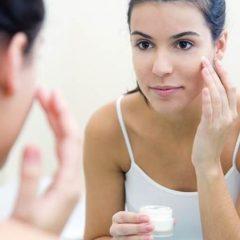 Знаци кои покажуваат дека користите погрешна крема за лице