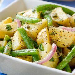 Топла салата од компири, боранија и кромид