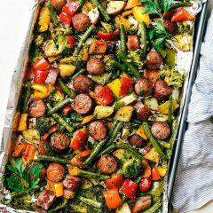 Колбаси со зеленчук потпечени во рерна