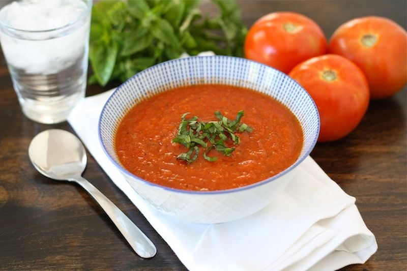 Едноставна густа супа од домати и босилек