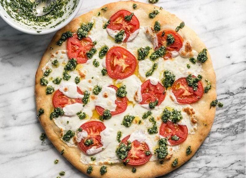 Бела пица со песто од магдонос