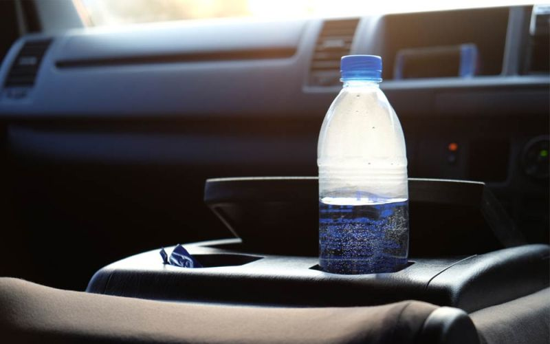 Што се случува ако во автомобилот оставите шише со вода