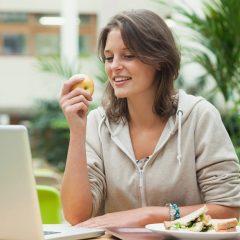 Како да бидете сити со помалку јадење