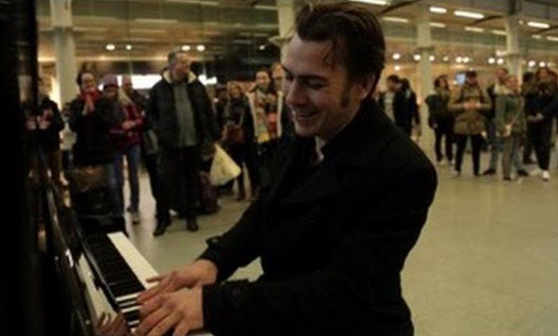 Што се случува кога професионален музичар ќе седне на улично пијано
