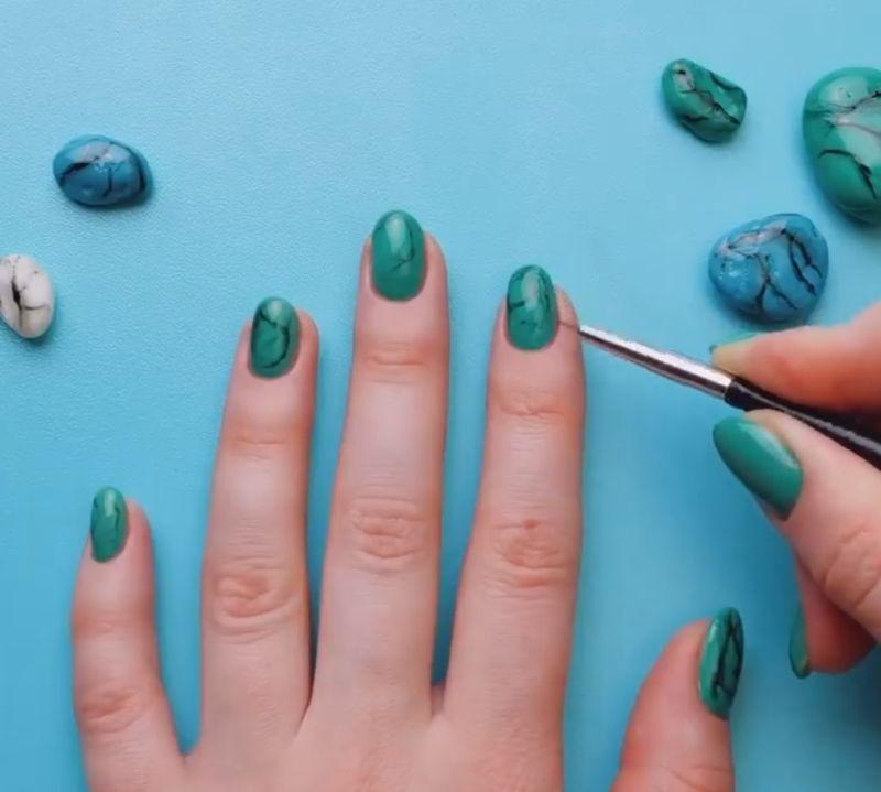 Трикови за интересно и несекојдневно лакирање на ноктите