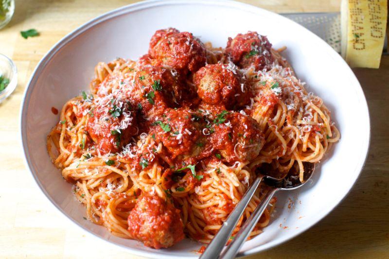 Шпагети со топчиња од месо