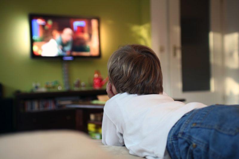Гледањето реклами ги дебелее децата
