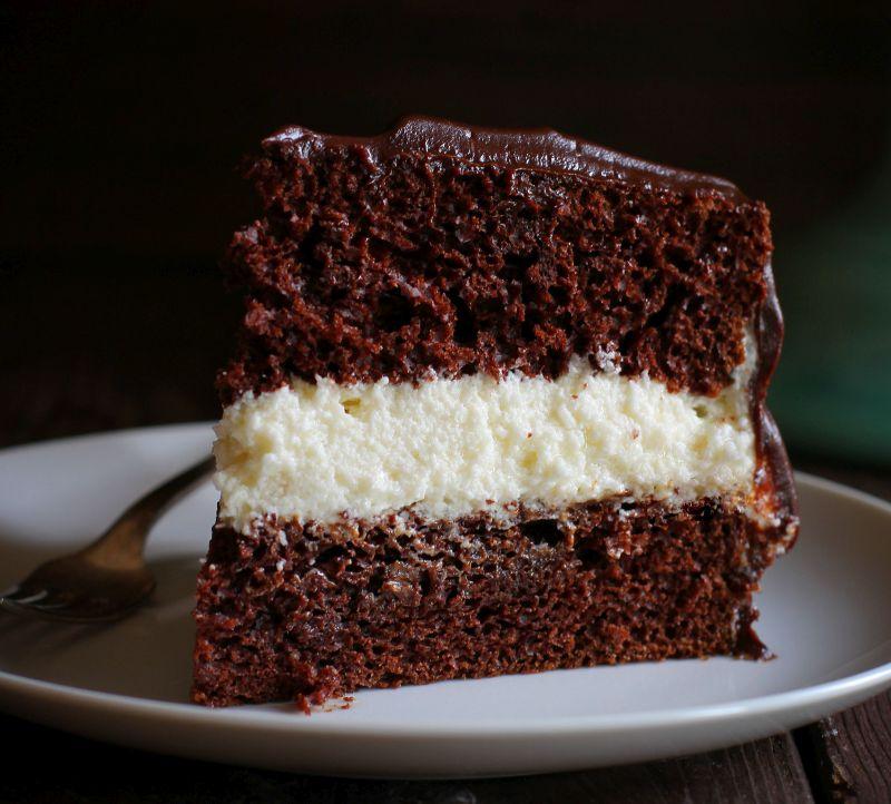 Сочна чоколадна торта со бел крем