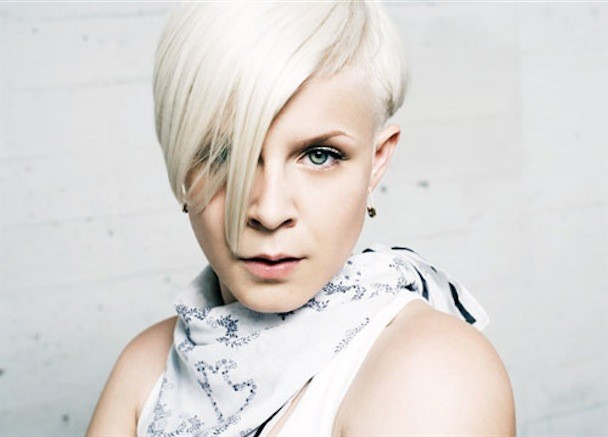 Robyn – Dancing On My Own
