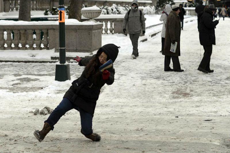 Одете како пингвин за да се справите со замрзнатите тротоари