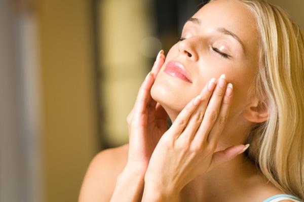Кремите за лице со заштитен фактор го ублажуваат стареењето на кожата