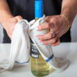 Експресно разладете шише вино со помош на еден трик